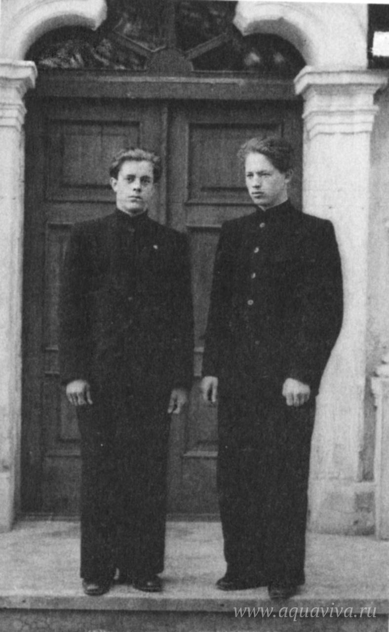 Студенты Духовной семинарии Сергей Суздальцев и Павел Красноцветов. Загорск, 1952 год