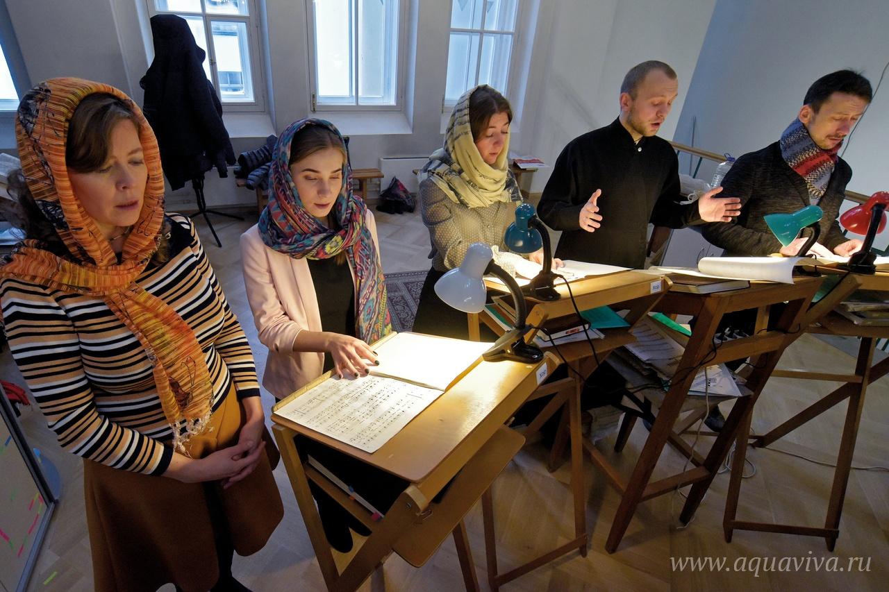 За богослужениями в храме поет профессиональный хор под руководством Николая Аничкова