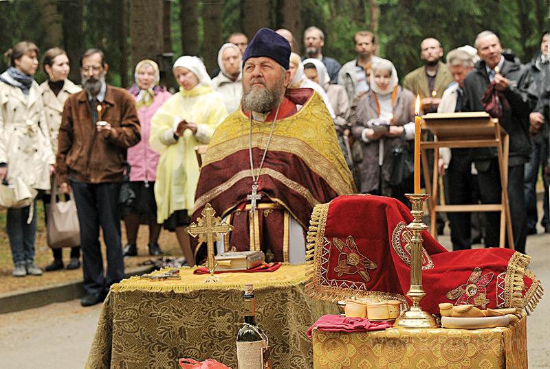 Приход Князь-Владимирского собора регулярно выезжает на Левашовское мемориальное кладбище