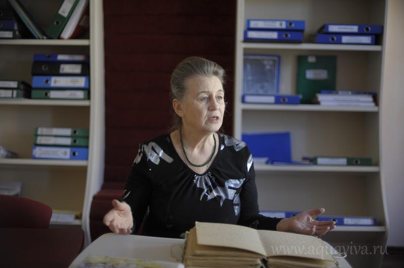 Заведующая отделом развития Ольга Квочкина объясняет, что такое брайлевская книга