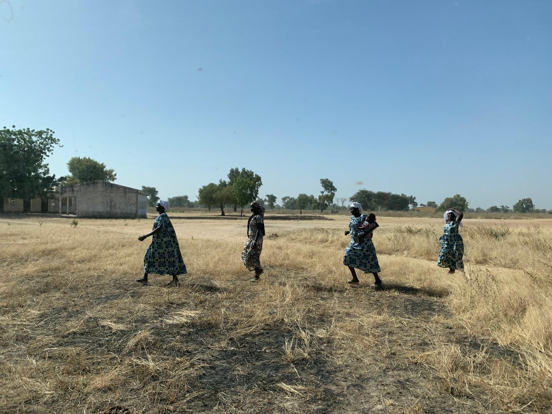 Камерунские женщины спешат на службу. По всему Камеруну распространена традиция одеваться в одинаковые одежды по особым праздничным дням
