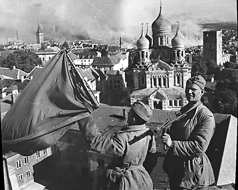 Красноармейцы водружают советский флаг на башне «Длинный Герман» в Таллине, напротив кафедрального собора Александра Невского. 22 сентября 1944 года