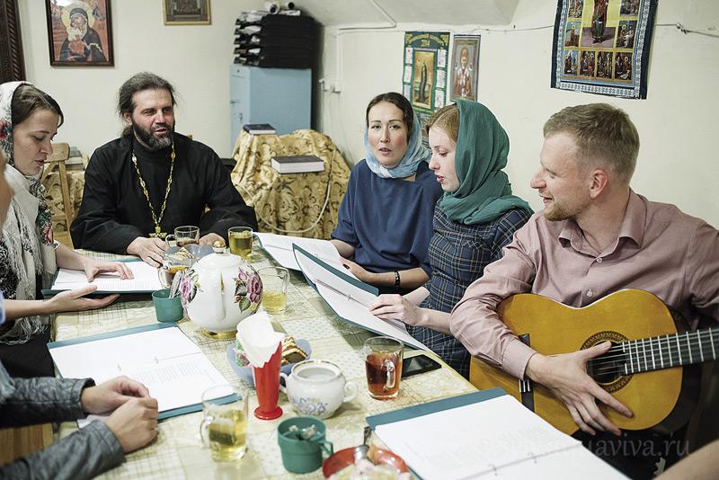 Встречи молодежного клуба, которые ведет иерей Олег Зорин, не обходятся без чая и песен под гитару