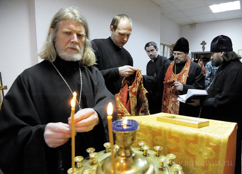 На Пасху в часовню при СИЗО №5 приезжают служить и поздравлять заключенных не только протоиерей Сергий Миронов (первый слева), но и другие клирики епархии