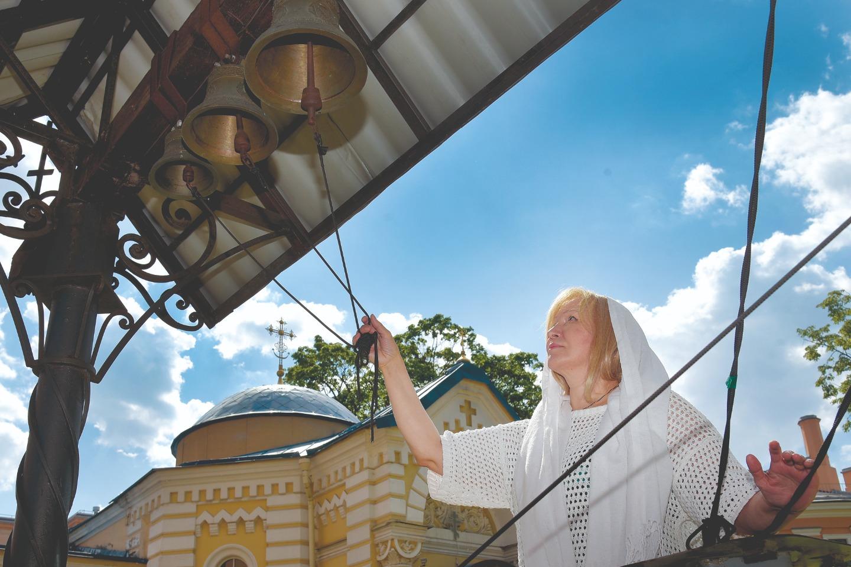 Построенному как часовня храму колокольня не полагалась, поэтому рядом поставили небольшую звонницу