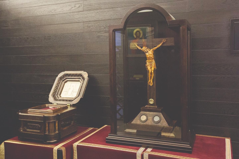 Одна из первых святынь, принесенная в часовню реликвий, - частица Животворящего Креста Господня