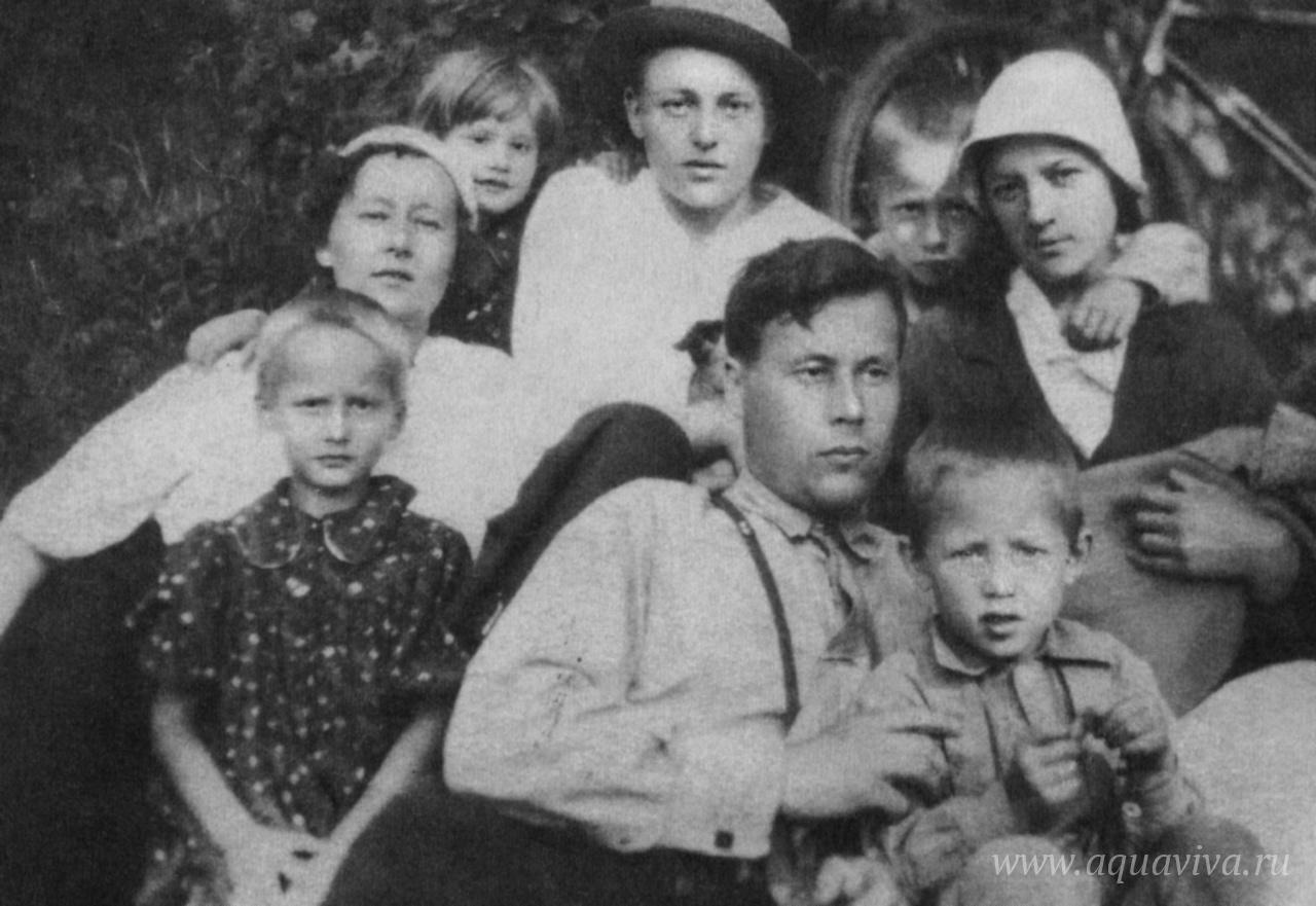 Семья Красноцветовых. В первом ряду (слева направо): Вера, Григорий, Павел. Во втором ряду: Ирина, Галина, Владимир, Михаил, Евфалия с сыном Александром на руках. Тюмень, 4 июля 1937 года