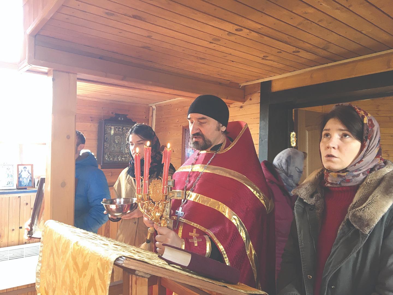 Протоиерей Максим Плетнев служит Литургию в храме в Мельничном Ручье. В качестве хора выступает семья священнослужителя