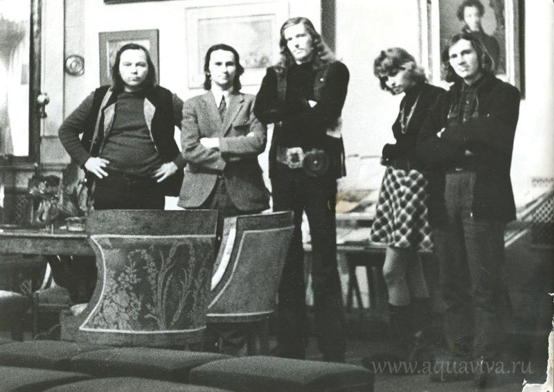 Слева направо: Юрий Петроченков, Борис Куприянов, Андрей Геннадьев, Ольга Корсунова (сейчас известный фотограф, генеральный директор бюро «ФотоДепартамент»), поэт Олег Охапкин. 1970-е годы