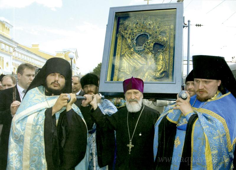 Встреча чудотворной иконы на Соборной площади Тихвина десять лет назад и чествование протоиерея Сергия Гарклавса. Справа — игумен Тихвинского монастыря Евфимий (Шашорин)