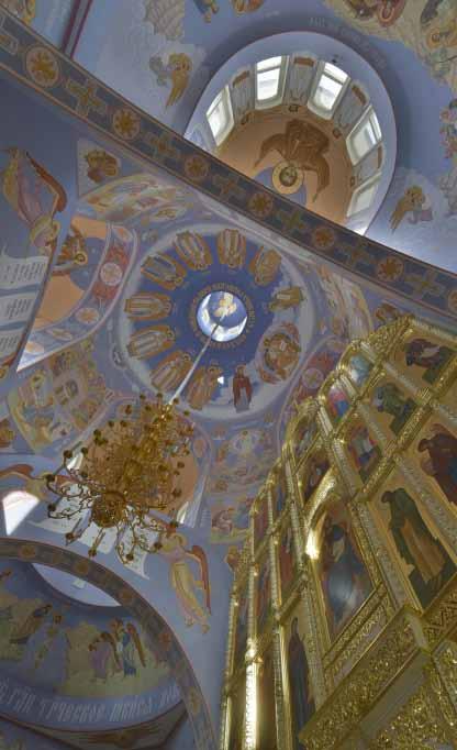 Над росписью храма трудилась артель иконописцев под началом художника Александра Простева