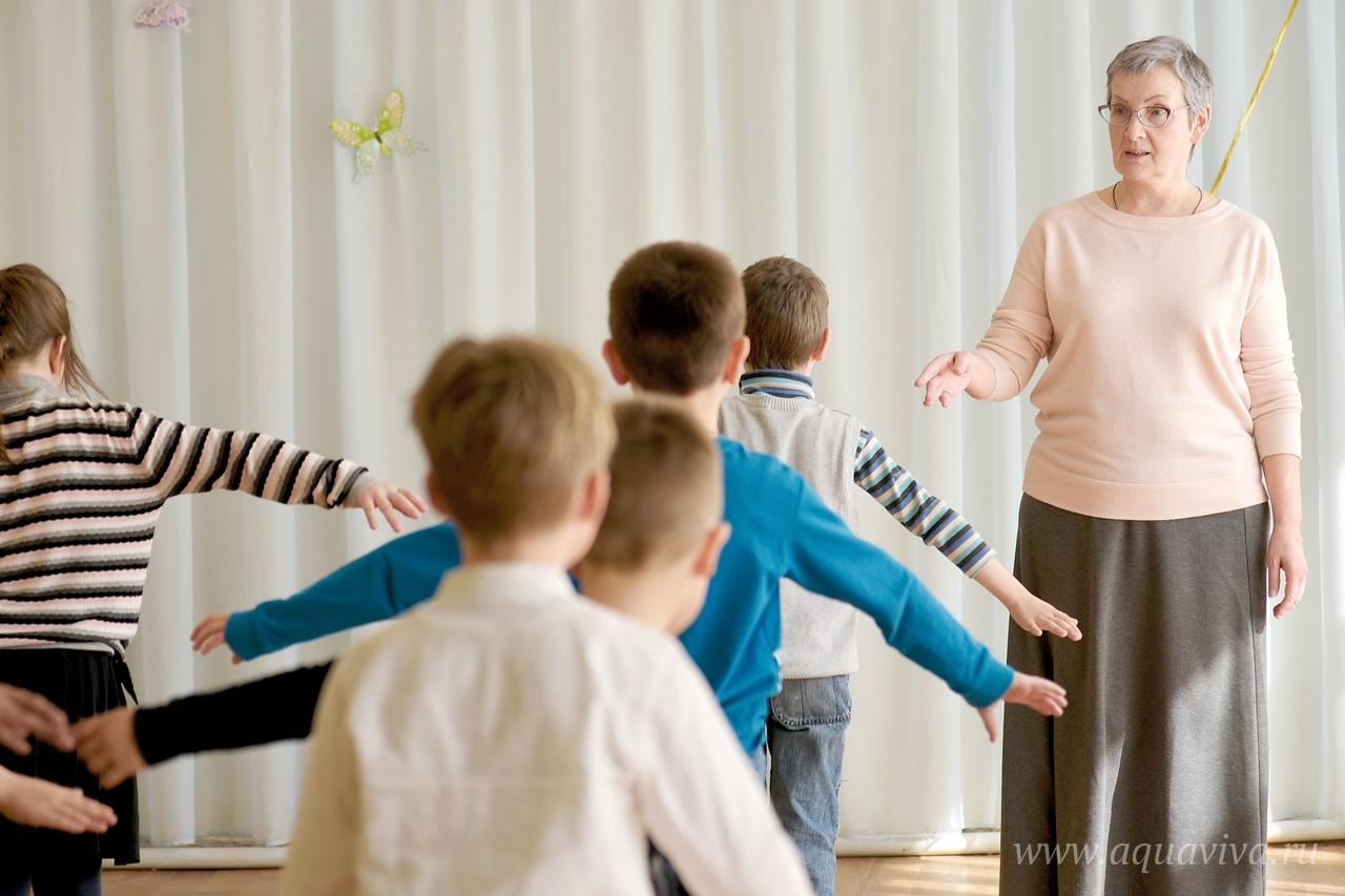 В воскресной школе дети могут заниматься в театральном кружке, на уроках журналистики, петь в хоре