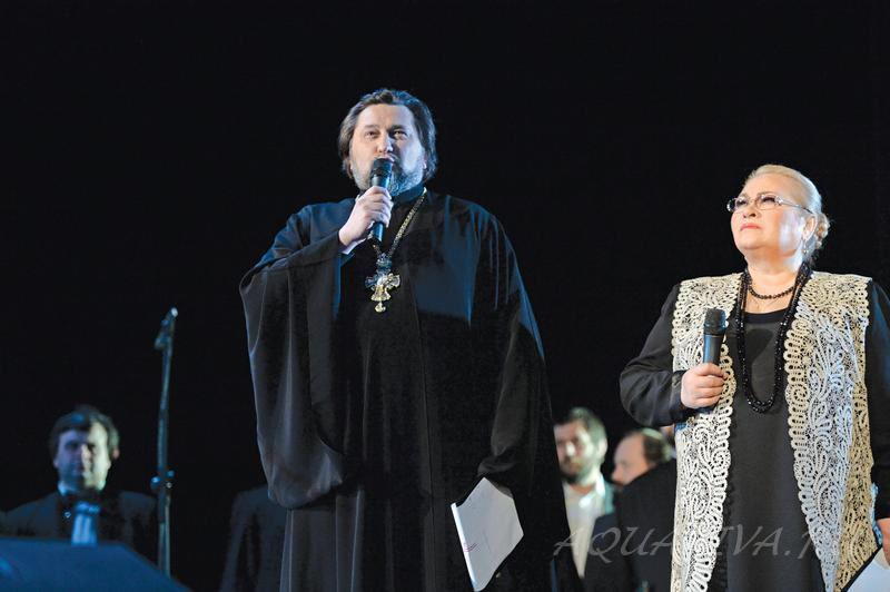 На вечере памяти протоиерея Василия Ермакова архимандрит Исидор и актриса Нина Усатова. 3 февраля 2014 года