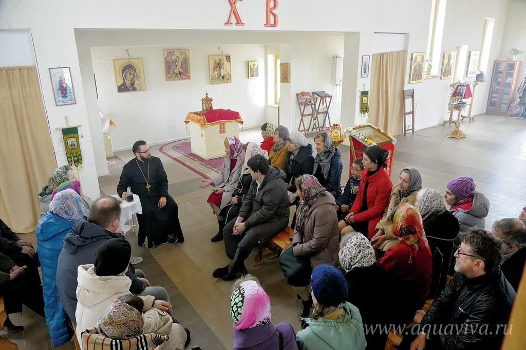 После каждой воскресной Литургии прихожане и настоятель обсуждают важные для христианина вопросы
