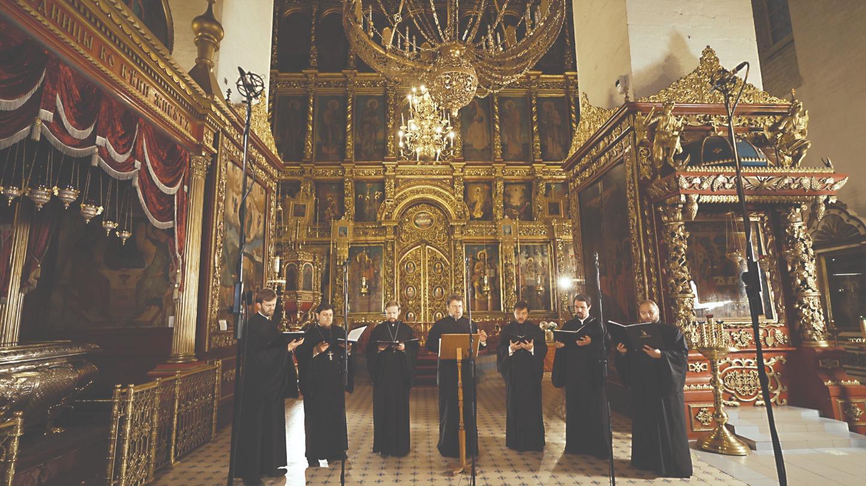 Хор духовенства Санкт-Петербургской митрополии поет в Свято-Троицком соборе Пскова
