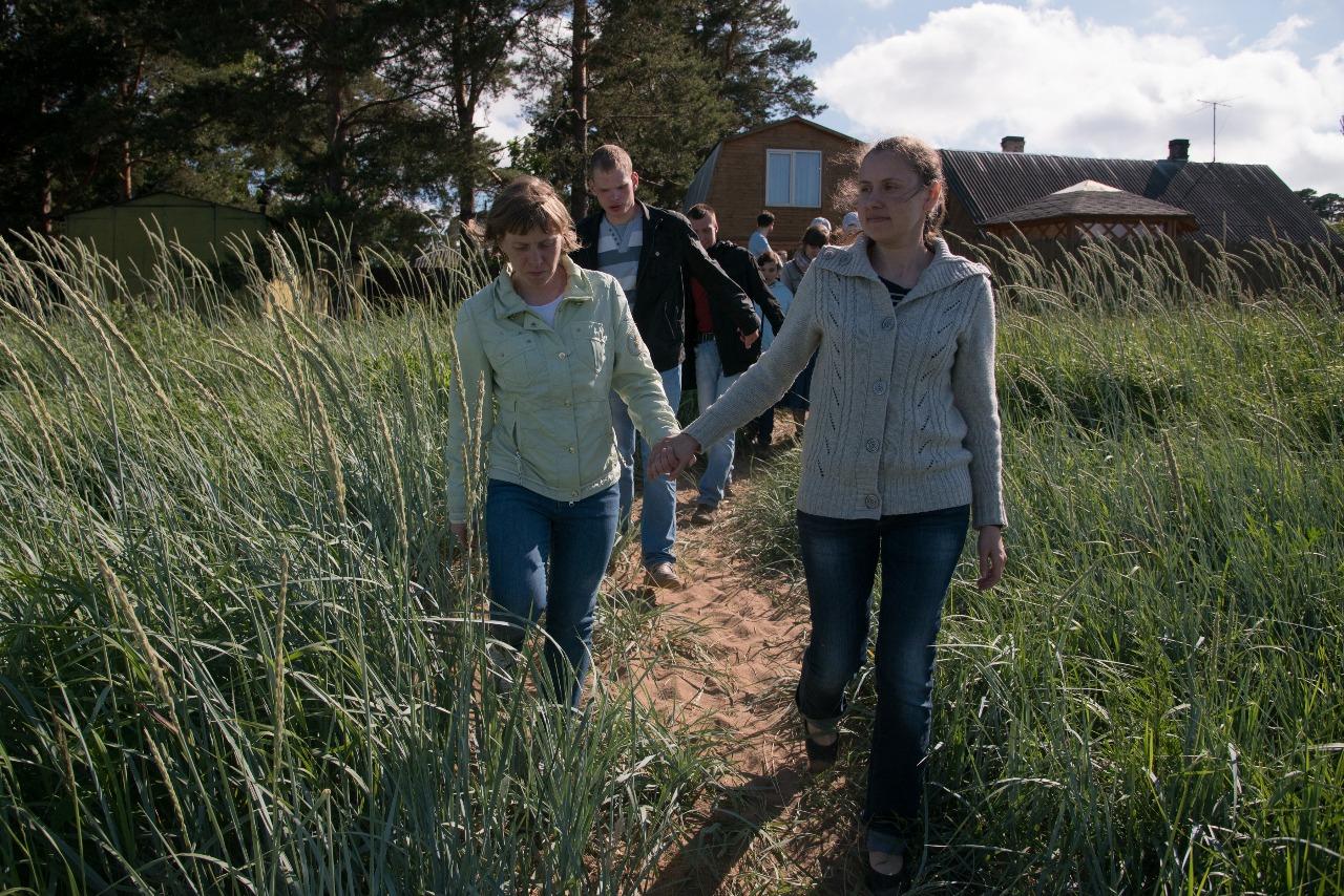 Каждый день все в Лебяжье ждут прогулки на залив, до которого рукой подать. Трава в человеческий рост, синяя вода....