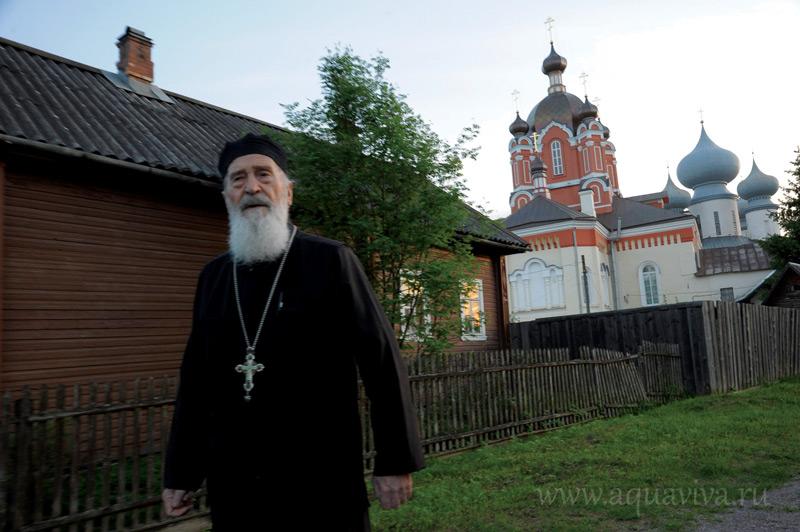 Крестовоздвиженский собор построен на заре правления Петра Великого, а при Александре III был коронован пятью куполами. В нем совершаются богослужения зимой.