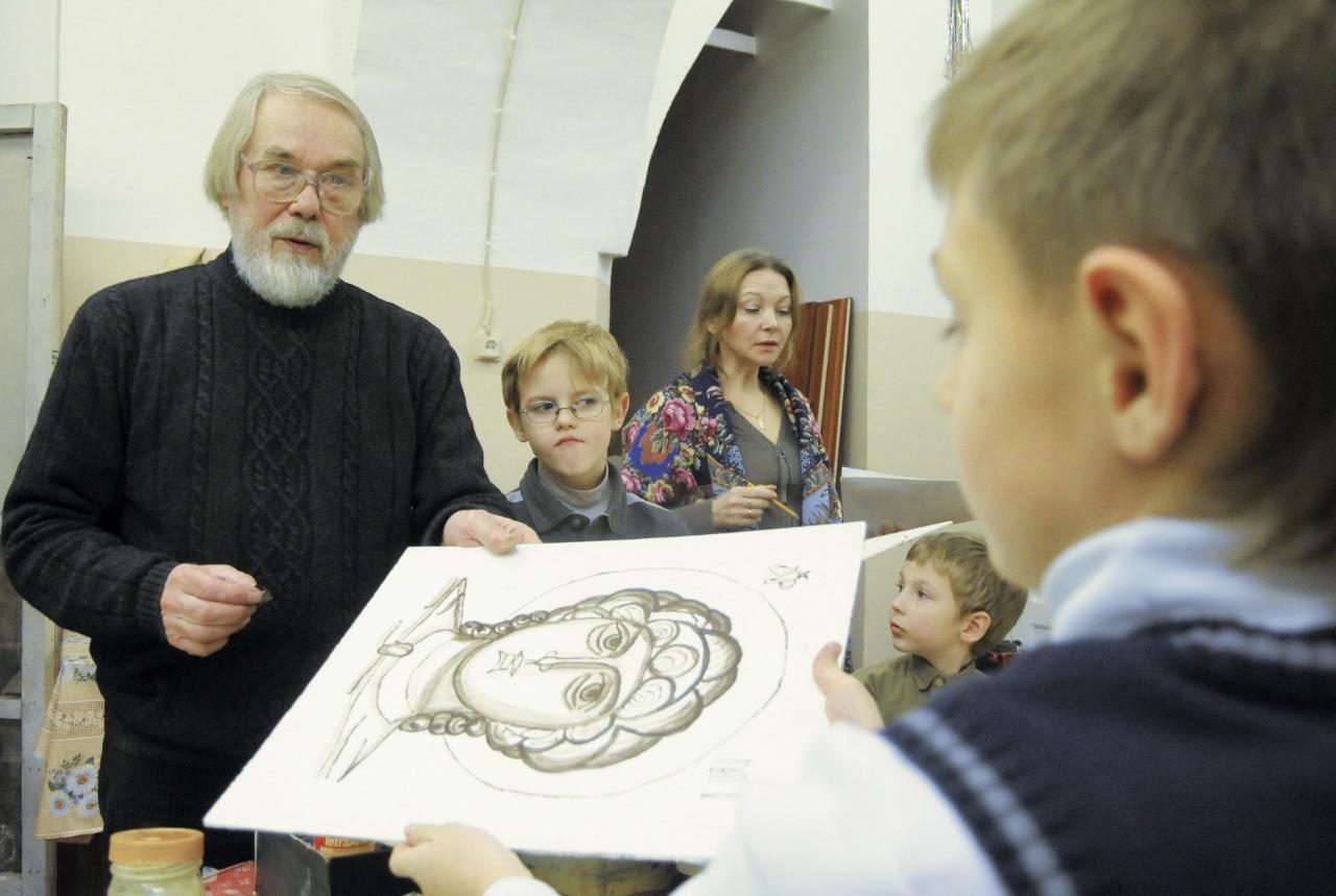 Руководитель иконописной школы Ростислав Гирвель считает, что иконописи надо учиться с раннего возраста