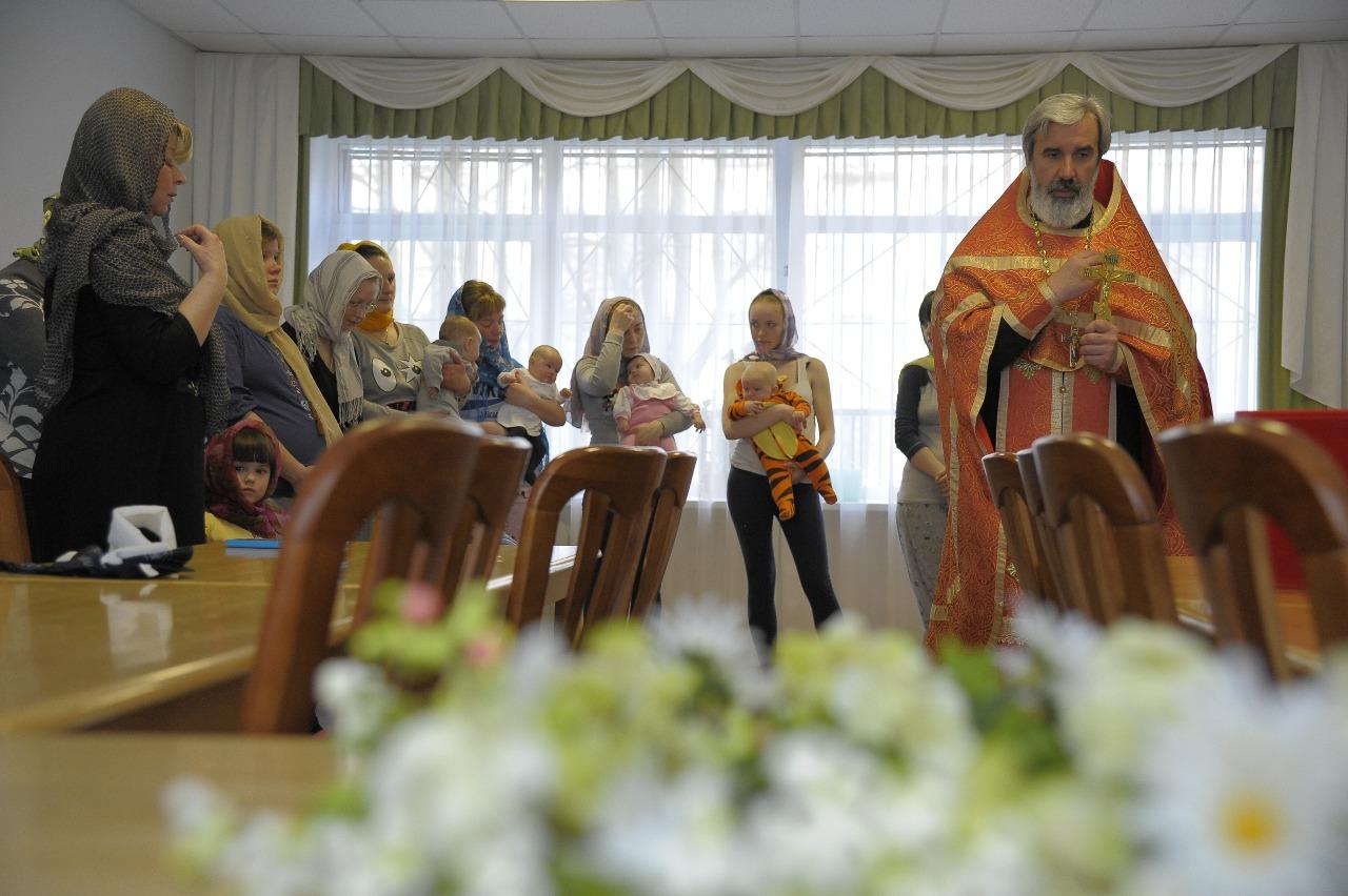 """Протоиерей Михаил Подолей два раза в год служит в """"Маленькой маме"""" особый молебен, крестит детей, беседует с девочками"""