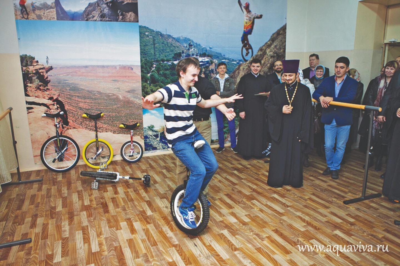 В Тихвине отец Геннадий открыл клуб унициклистов