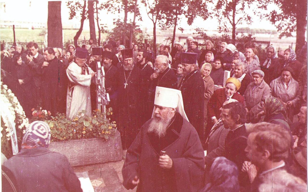 На могиле митрополита Никодима (Ротова). 5 сентября 1989 года