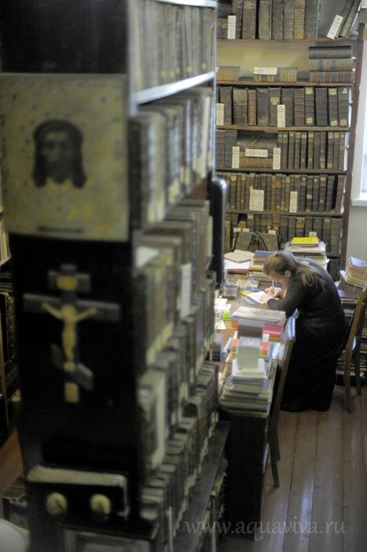 На уходящих ввысь стеллажах библиотеки СПбПДА хранится около трехсот тысяч книг и периодических изданий