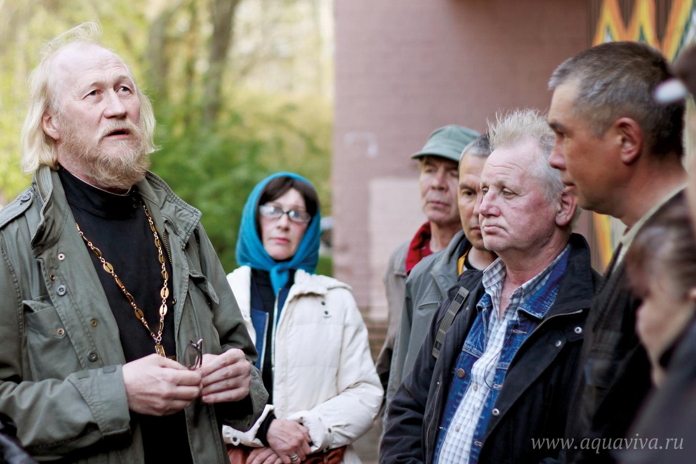 Отец Ярослав Родионов рассказывает, что иногда бездомные приходят в храм на исповедь, кто-то принимает Крещение