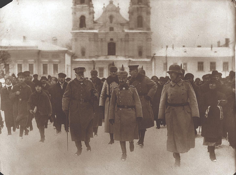 Немецкие военачальники генерал-фельдмаршал Герман фон Эйхгорн (слева) и генерал фон Брэдли (справа) в оккупированном Минске. 1918 год