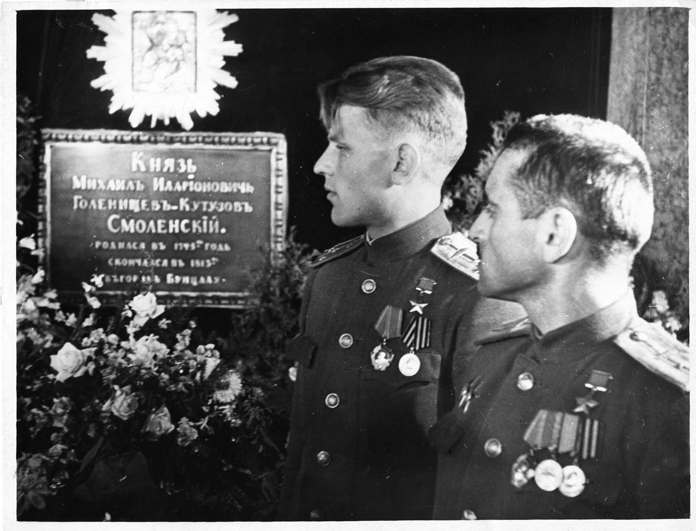 Герои Советского Союза С. С. Гребченко и Н. Р. Рафиев у могилы М. И. Кутузова в Казанском соборе. 1945 год