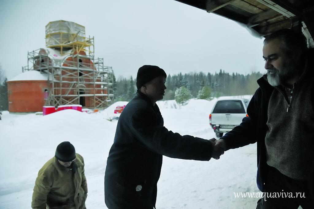 Диакон Артемий Гилоян (справа), непосредственный руководитель реабилитационного центра, навещает подопечных несколько раз в неделю