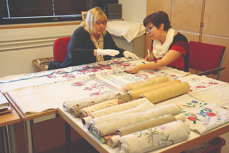 Илона Пелгонен (справа) и Леена Сяппи составляют опись коллекции рушников Нового Валаама