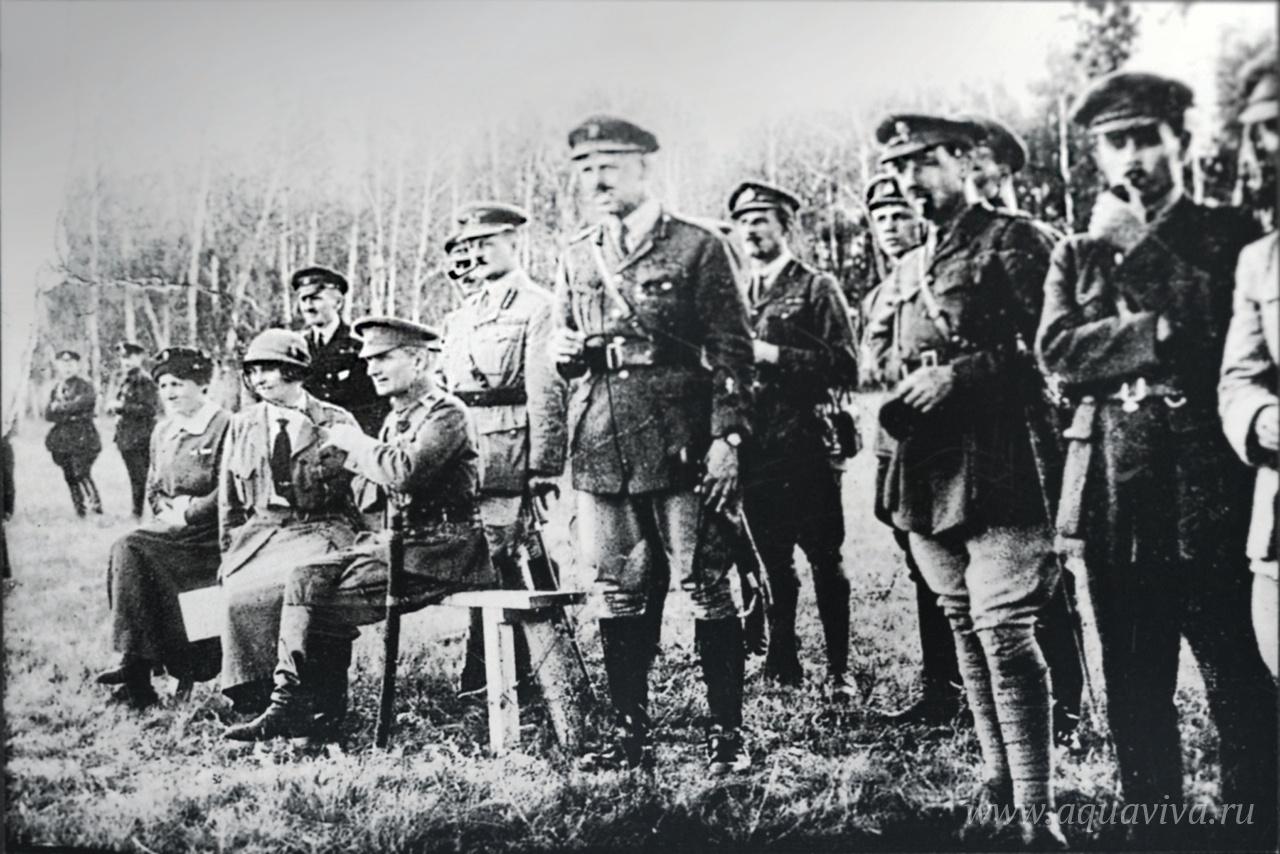 А.В. Колчак и А.В. Тимирева (сидят), глава британской миссии генерал Альфред Нокс (стоит сзади Колчака) с группой английских офицеров в районе Омска. 1918 год