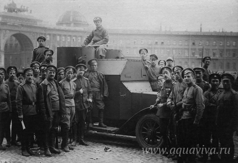 Солдаты Петроградского гарнизона на улицах революционной столицы