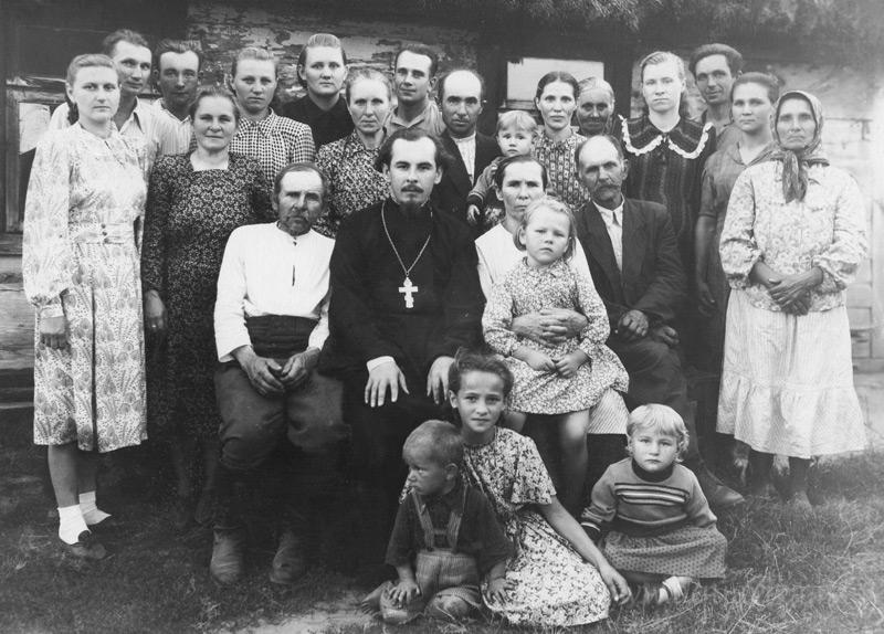 Среди родных и близких. Слева от отца Василия папа – Григорий Кузьмич, справа мама – Анна Иосифовна